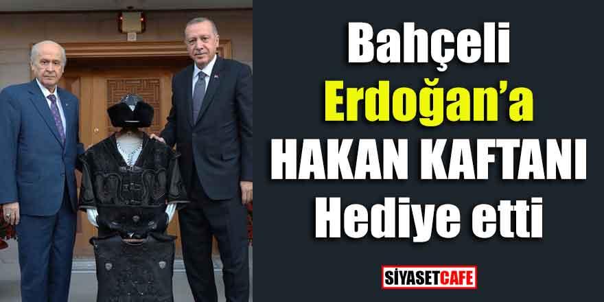 """Bahçeli Erdoğan'a """"Hakan kaftanı"""" hediye etti"""