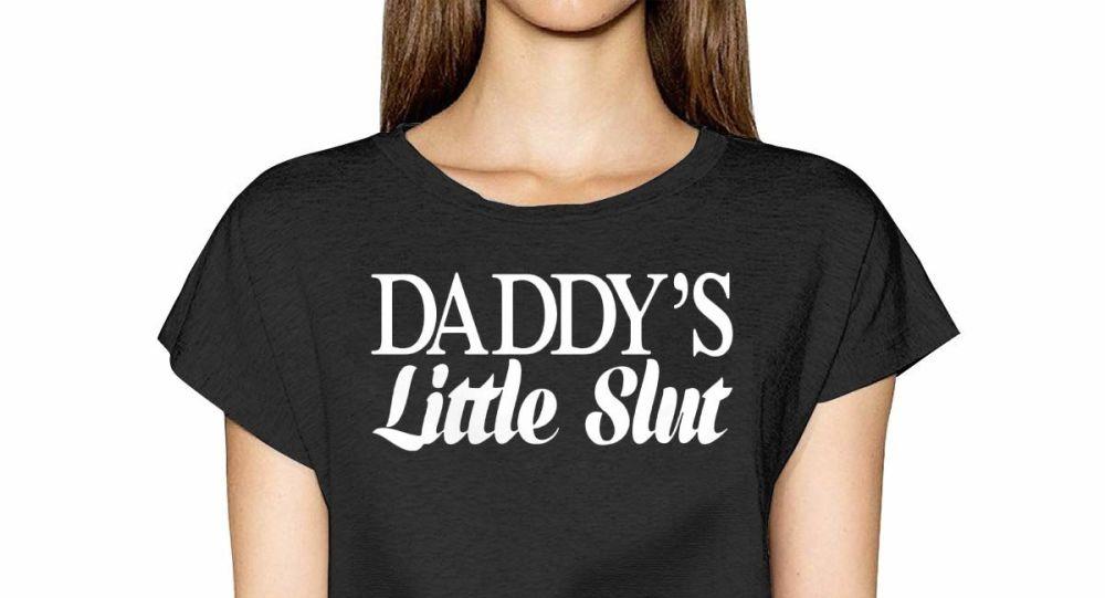 """Babasının küçük s.rtüğü"" yazılı tişörtler olay yarattı"