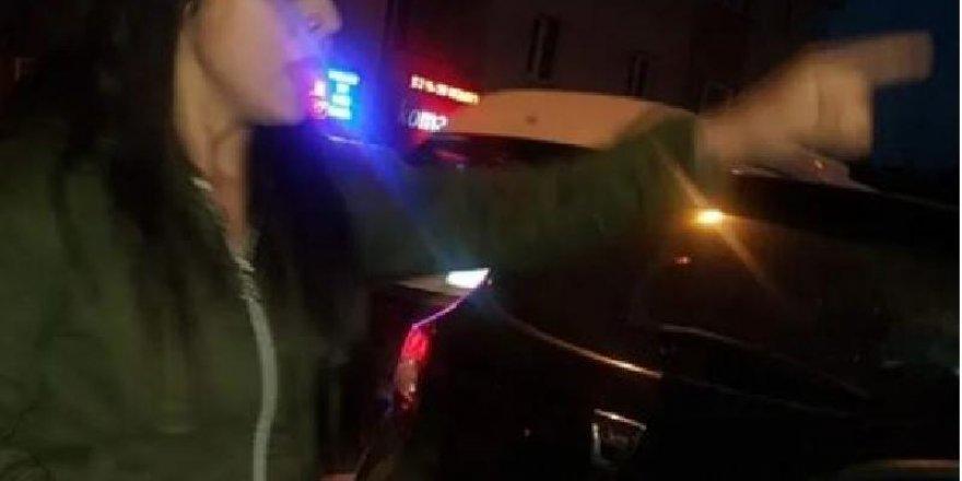 Tekme-Tokat kavga eden 2 kadın sürücü trafiği bir birine kattı