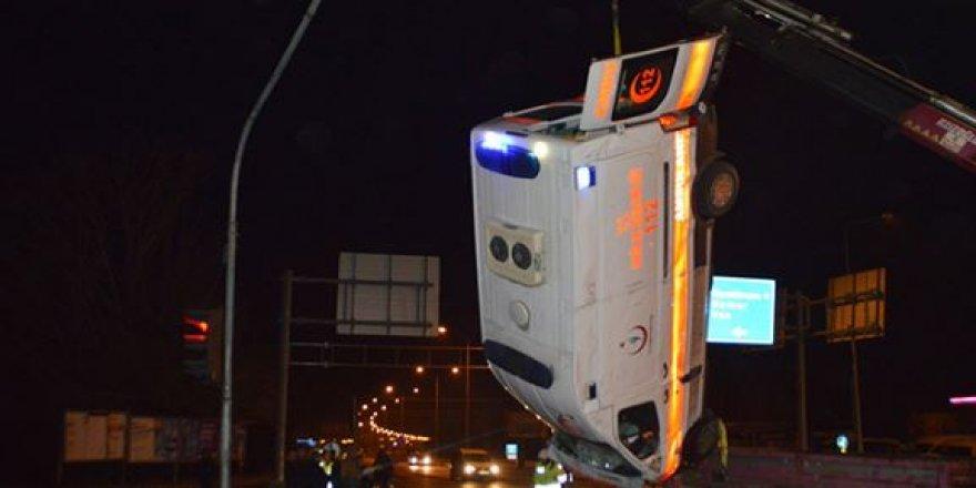 Ağrı'da feci kaza: Ambulans otomobil ile çarpıştı: 1 ölü 9 yaralı