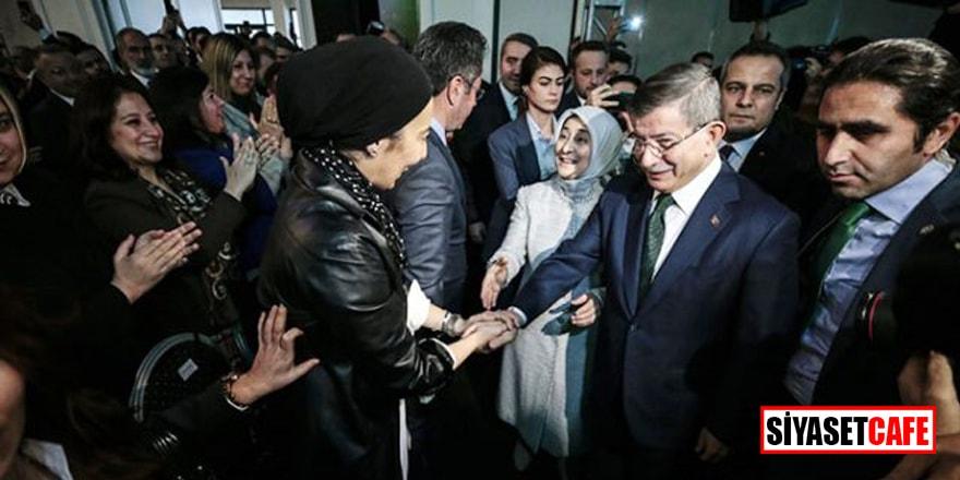 Ahmet Davutoğlu ile Nihal Olçok Gelecek Partisi'nin tanıtımında el ele poz verdi
