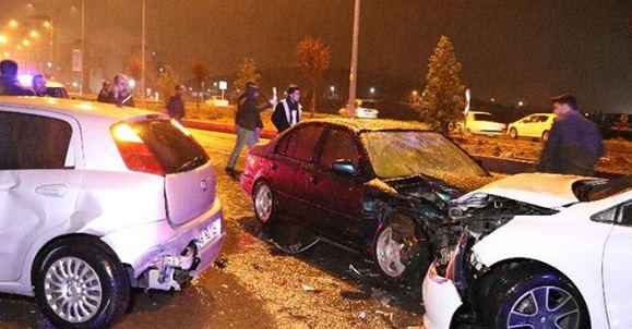 Kahramanmaraş'ta otomobil kazayı seyreden kalabalığa daldı: Çok sayıda yaralı var
