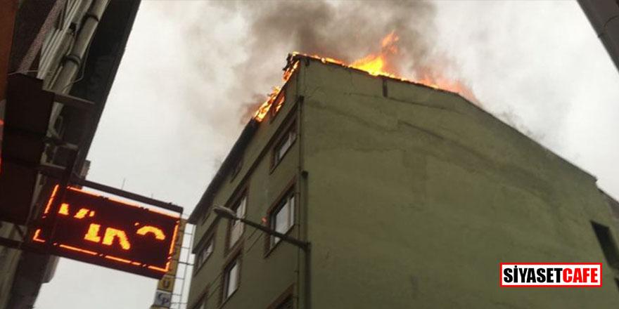 Beyoğlu'nda bir iş hanının çatısı alevlere teslim oldu: 1 ölü