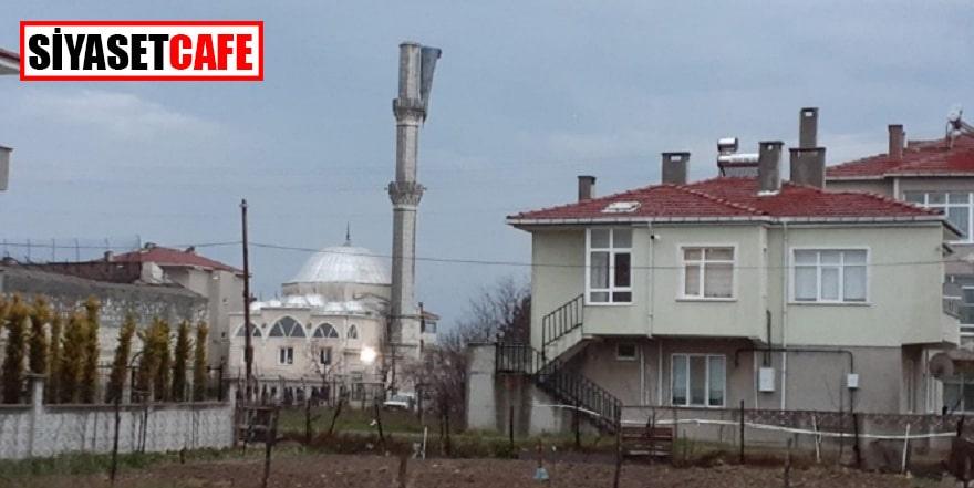 Fırtına cami minaresini yıktı