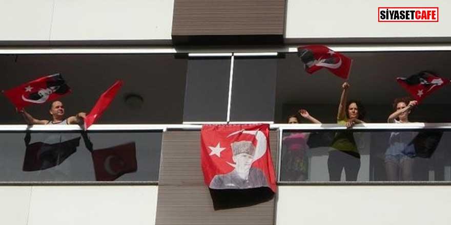 Büyük coşku! Saat 19.19'da tüm Türkiye balkonlardan İstiklal Marşı okudu!