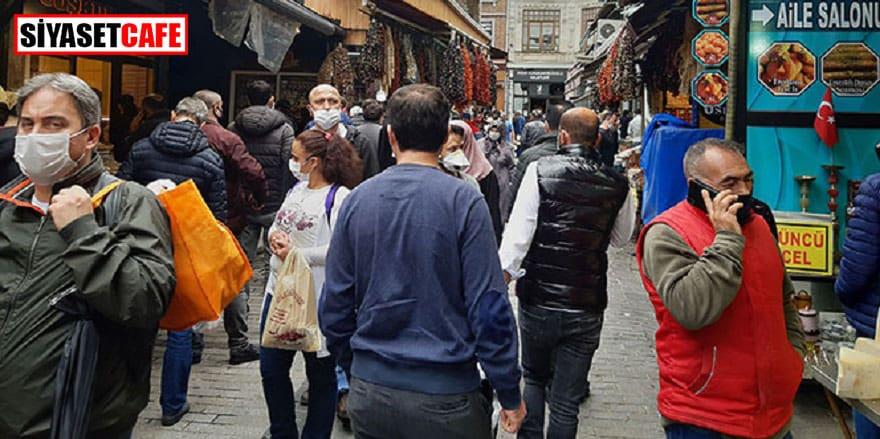 Eminönü'nde mesafesiz alışveriş kalabalığı