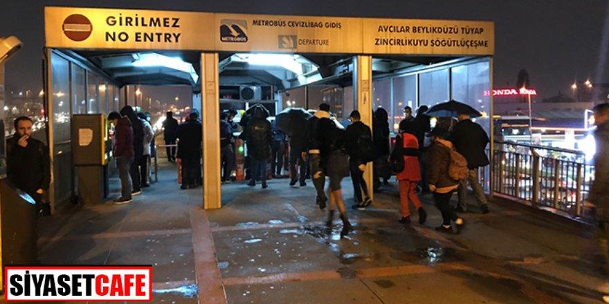İstanbul'da sokak kısıtlaması! Metrobüs ve yollarda yoğunluk
