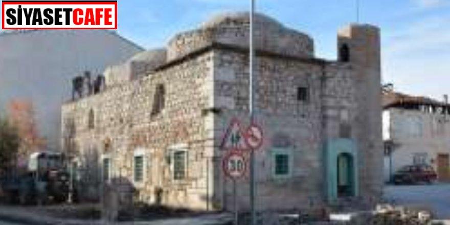 Görenleri şaşırttı: 500 yıllık caminin duvarlarından çıktı