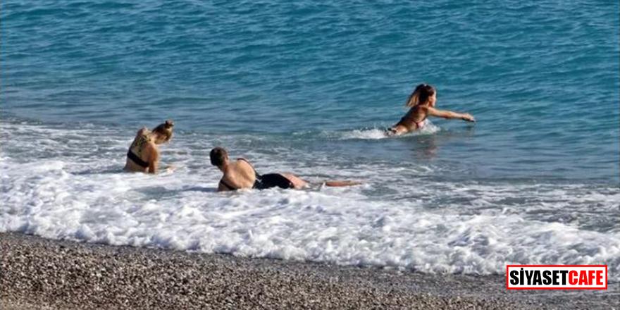 Kış ortasında Antalya'da Rus turistlerin deniz keyfi