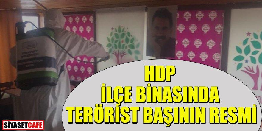 HDP'nin ilçe binasına terörist başının resmini astılar