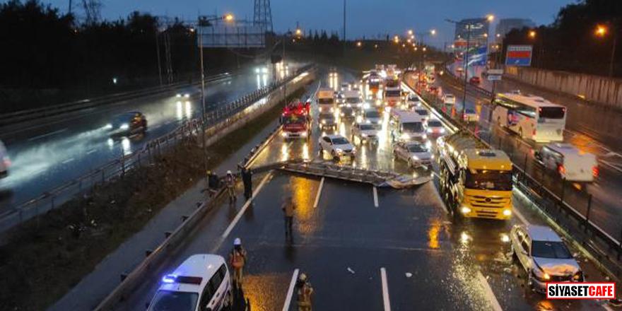 İstanbul'da TEM Bağlantı yolunda yön tabelası devrildi! Araçlar kaza yaptı