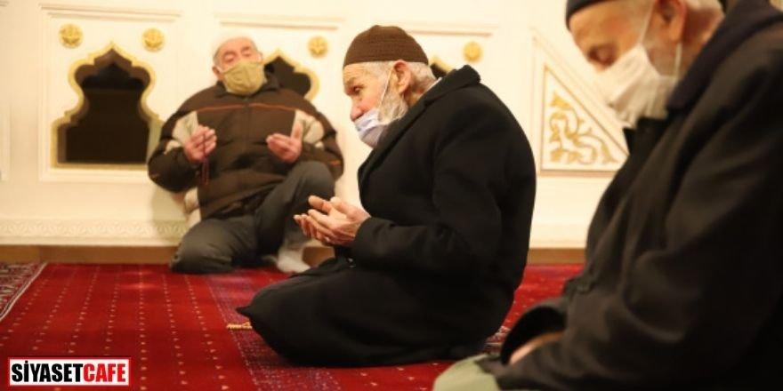 Normalleşme süreci: 65 yaş üstünün camide namaz mutluluğu