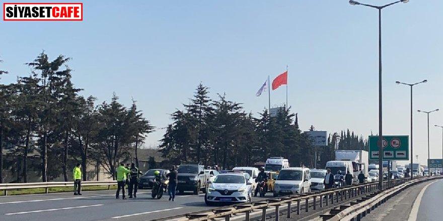 Trafiğe kapatıldı: TEM'de otomobil alev alev yandı