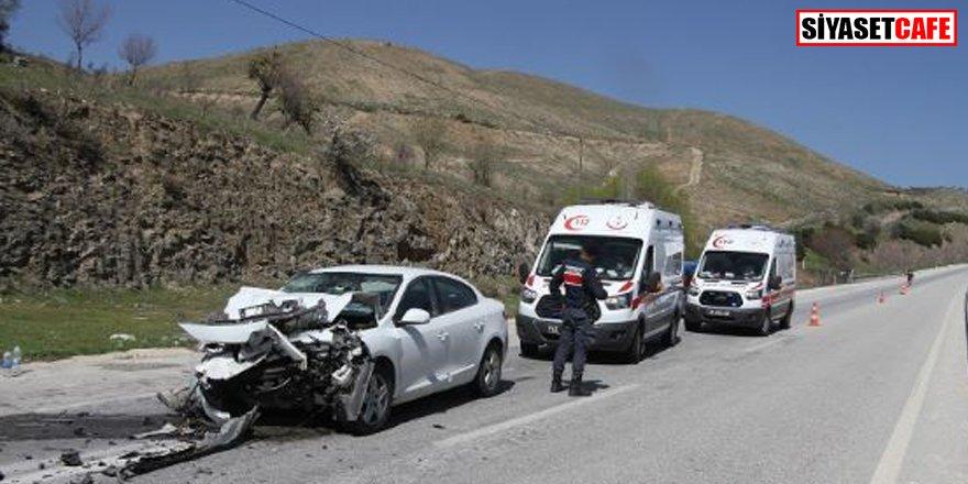 Manisa'da feci kaza: Otomobil tıra arkadan çarptı