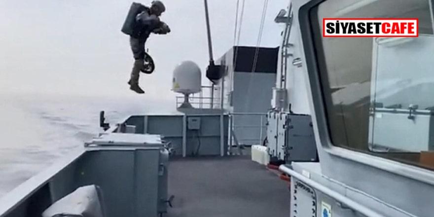 Denizde sıra dışı tatbikat: Uçan askerler