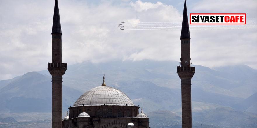 Türk Yıldızları'ndan Kayseri semalarında gösteri uçuşu