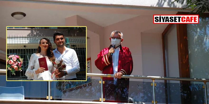 Koronavirüslü belediye başkanı evinin balkonundan nikâh kıydı