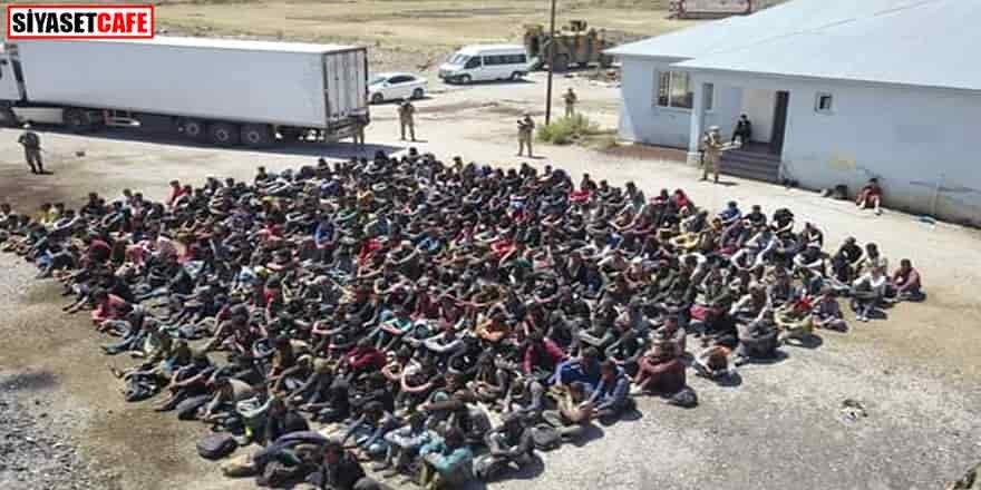 Tır dorsesinden 300 kaçak göçmen çıktı