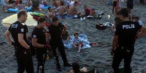 Plajda bira içen doktorlara polis baskını