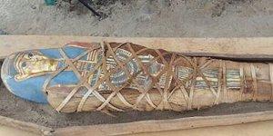 Mısır'da altın ve mavi renkte maskeli mumya keşfedildi