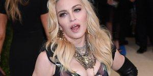 Madonna'nın uçağında panik: Pilot acil iniş yaptı