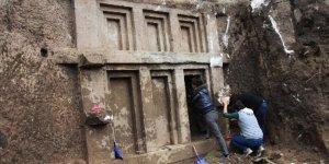 İş makinesi 2400 yıllık mezarı ortaya çıkardı