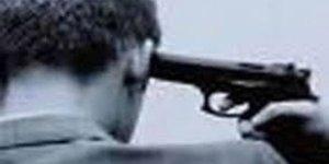 Müşterilerin gözü önünde tabancayla intihar etti