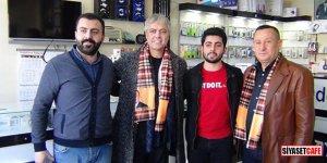 Ünlü sanatçı Cengiz Kurtoğlu, kapı kapı dolaşıp oy istedi