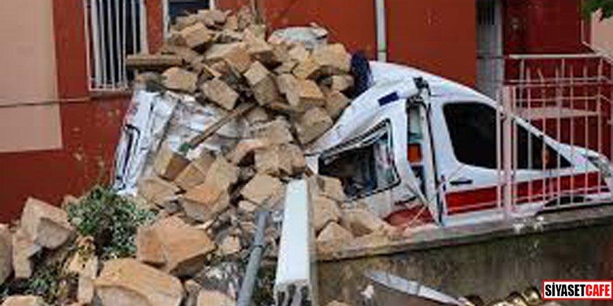 Caminin minaresi ambulansın üzerine devrildi!