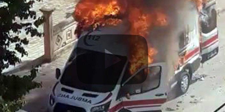 Dehşet anlar! Ambulans içinde hastasıyla yandı