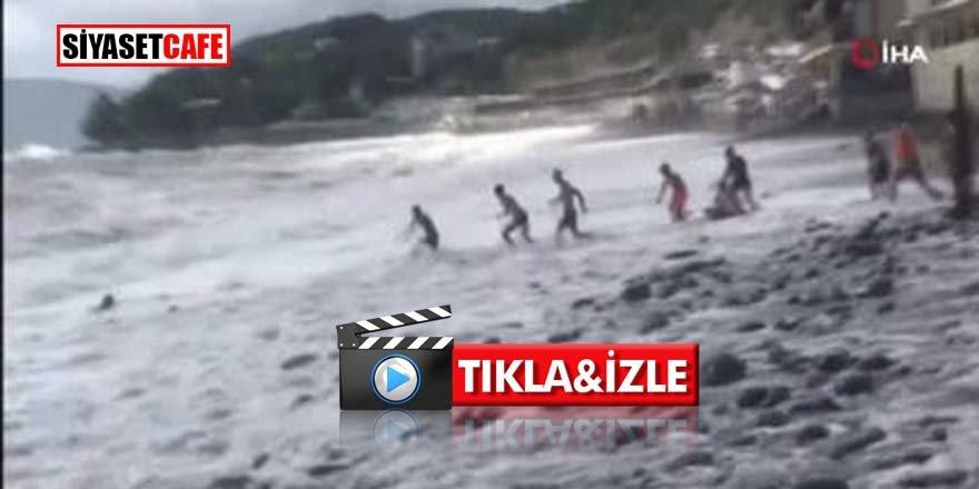 Karadeniz'de 20 kişi dev dalgalardan kurtarmak için uğraştı!