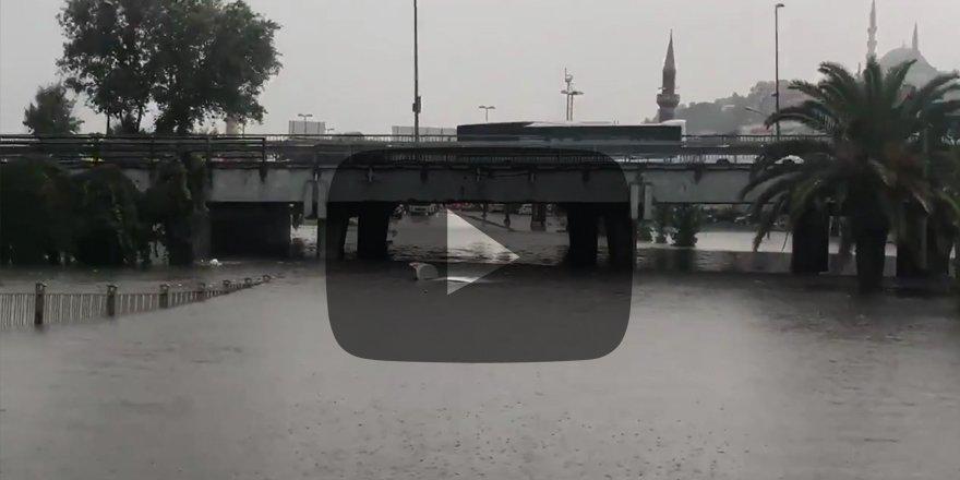 İstanbul'daki yağmur sonrası Unkapanı Köprüsünde bir araç mahsur kaldı