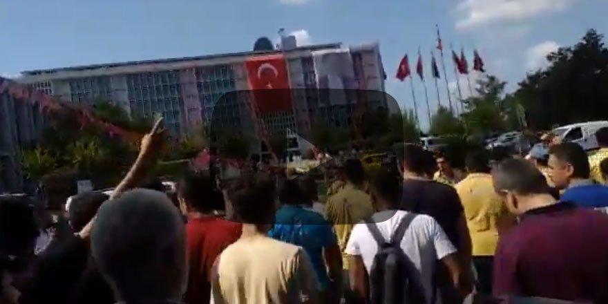 SMS ile işten çıkarılan İBB Metro AŞ çalışanları Saraçhane'de eylem yaptı