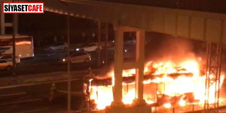 Özel halk otobüsü TEM'de cayır cayır yandı!