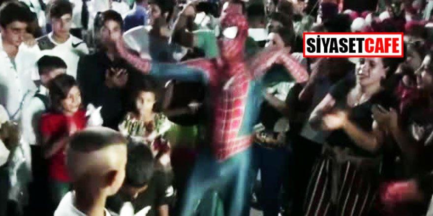 Düğünde roman havası oynayan örümcek adam