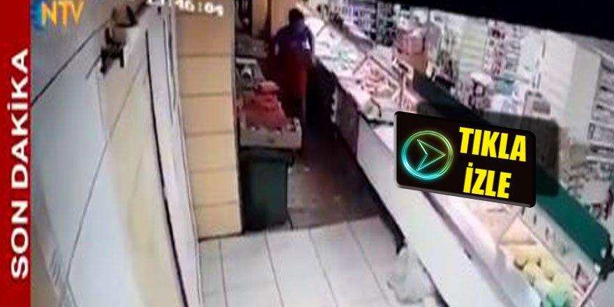 Depremden kaçarken kapıyı yerinden söktü.