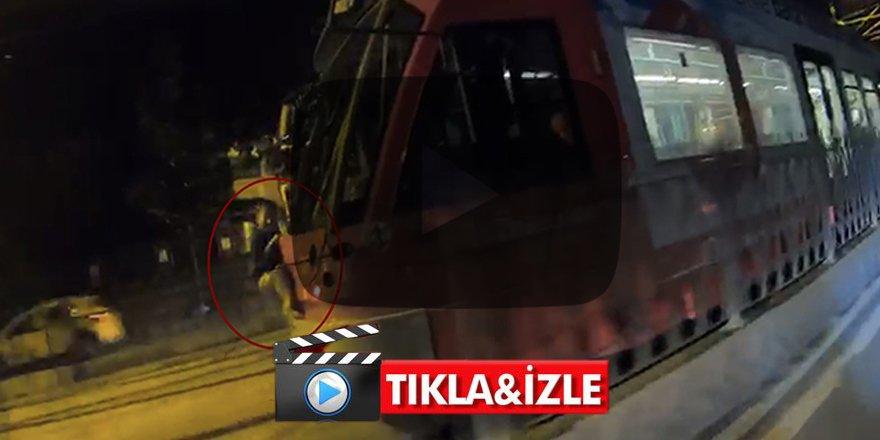 İstanbul'da dehşet veren görüntü! Tramvaya asılan çocuk şok etti