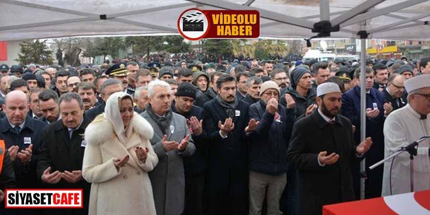 Skandal! İYİ Partili vekil şehit cenazesinde cemaatin önüne gecip poz verdi