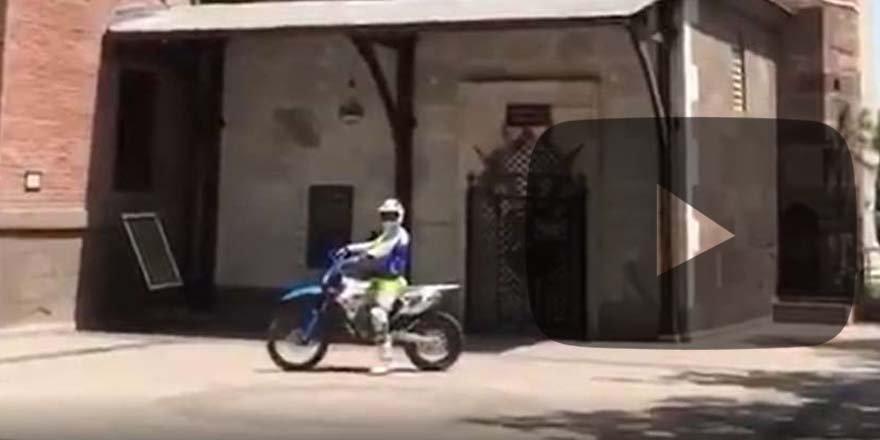 Mansur Yavaş'ın sağ kolundan, külliye önünde şoke eden hareket!