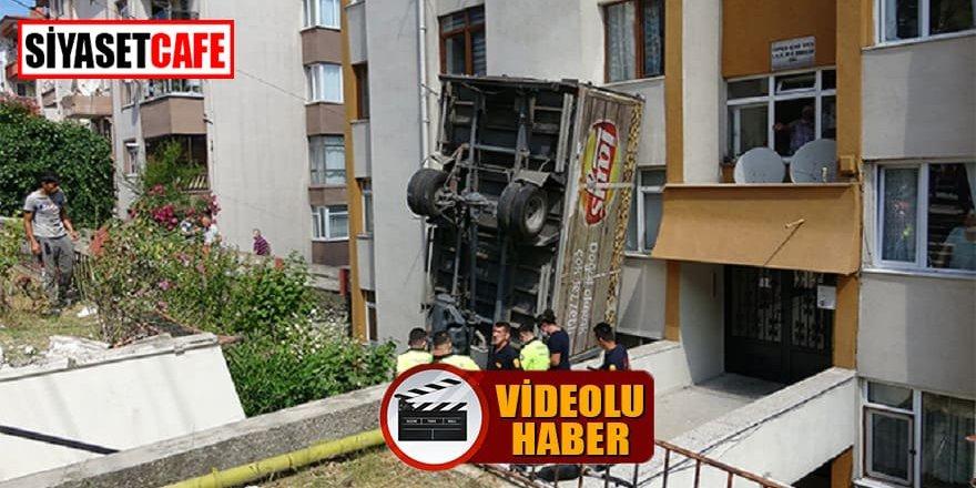 Görenler şaştı kaldı, kamyon kaza sonrası tepetaklak oldu