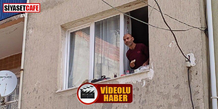 Evde cinnet geçirip eşyaları evden attı, sonra da pencerede kahvaltı etti