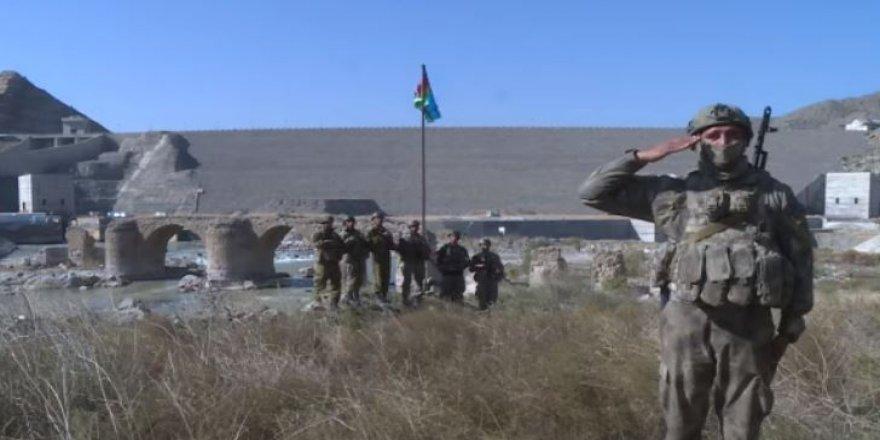 Azerbaycan'da işgal altındaki tarihi Hudaferin Köprüsü'ne Azerbaycan Bayrağı dikildi