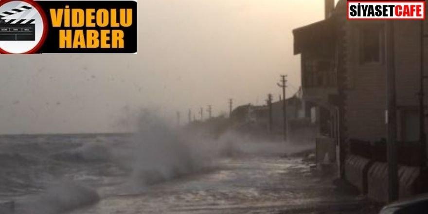 Çanakkale'de dev dalgalar evlere kadar ulaştı