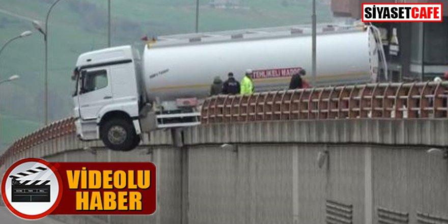 Tanker geçidin üzerinde asılı kaldı