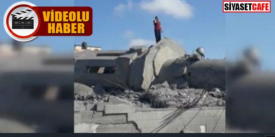 Saldırılar susturamadı: Cami enkazının üstünde ezan okudu