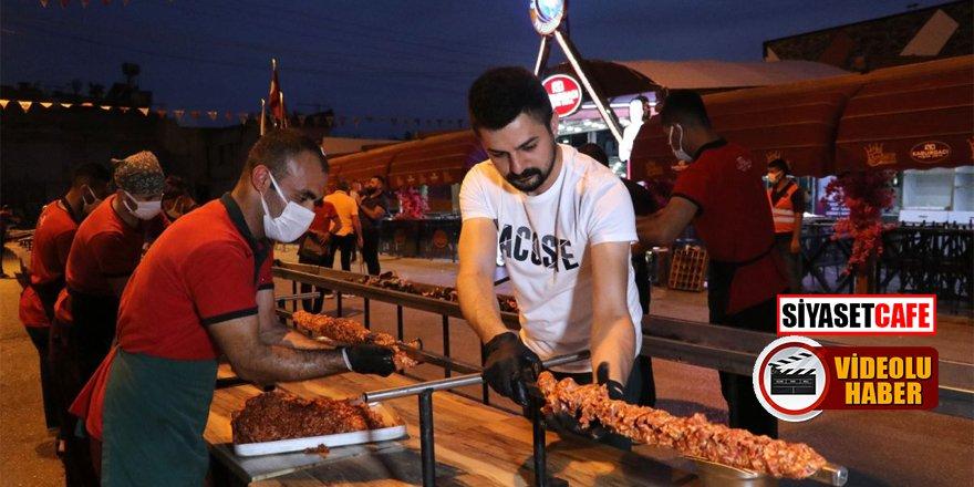 Adana'da 35 metrelik kebap ile yapılan kutlama