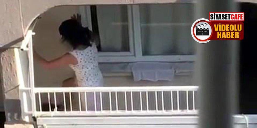 İnsafsız kadın balkonda dakikalarca köpeği tekmeleyip eziyet etti!