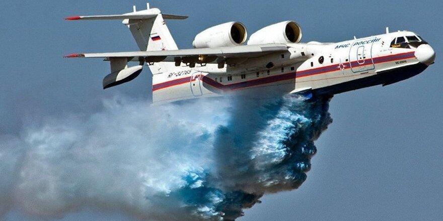 Azerbaycan uçağının yangın söndürme anı