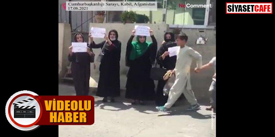 Afgan kadınları Taliban'ı protesto etti