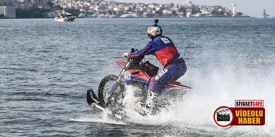 Dünyaca ünlü yarışçı motosikletiyle su üzerinde İstanbul Boğazı'nı geçti